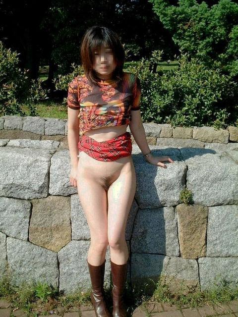 さり気なく野外露出で街をうろつく素人お姉さんのエロ画像 dd70ec5e
