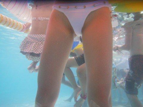 プールの水中で撮影されたビキニ姿のお尻とまんこの素人水着エロ画像 e57ab8c6