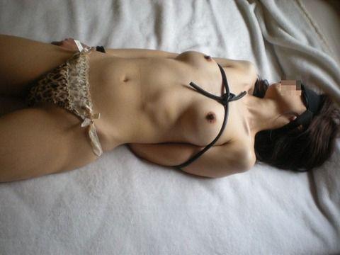 見事な緊縛姿でSMプレイしてる素人娘のエロ画像 eb588444