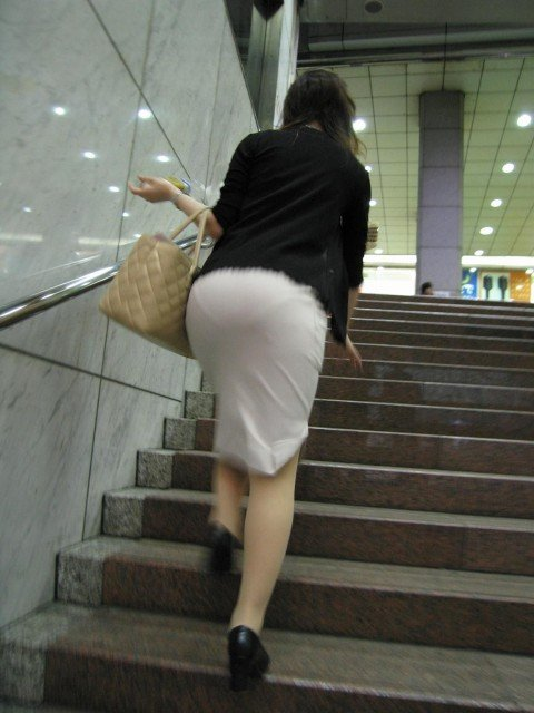 パンツが透けて視線に困るお姉さま達のお尻のエロ画像 eeba078b