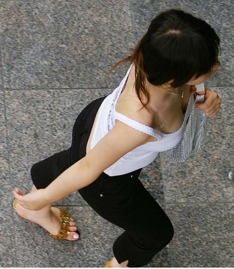 街撮り盗撮素人娘の胸チラのエロ画像 f47da053 s