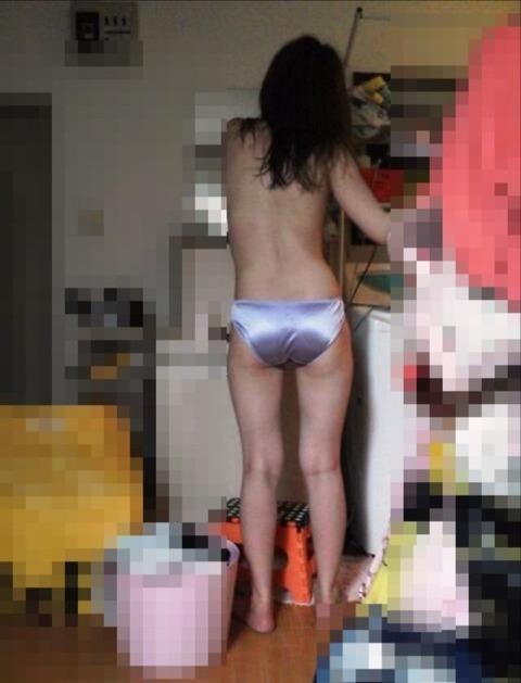 エッチな姿で生活感丸出しな素人娘のエロ画像 f65e4f90 s