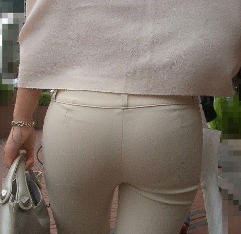 OLお姉さんのお尻がスールにピッタリ張り付いてるエロ画像 fb42aec2